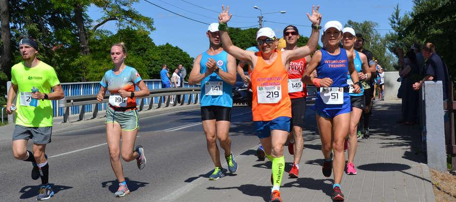 Radość na twarzach biegaczy i o to chodzi w bieganiu rekreacyjnym