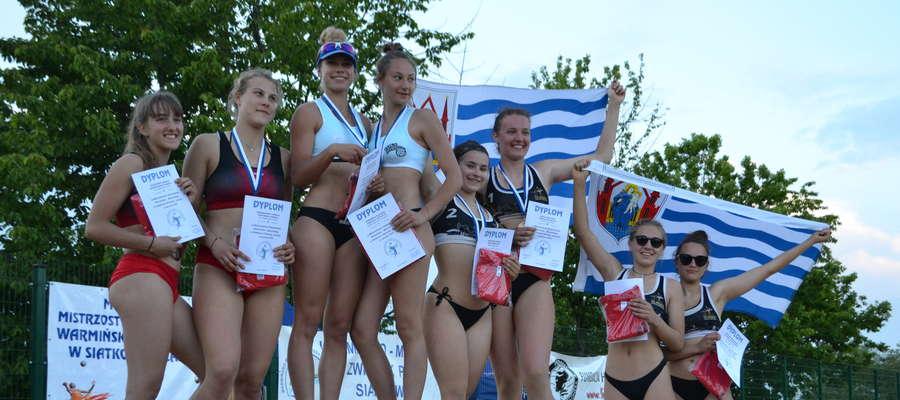Podium finałów mistrzostw województwa warmińsko-mazurskiego juniorek w siatkówce plażowej. Turniej rozegrano na Dzikiej Plaży w Iławie