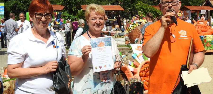 Superzwycięzcą festiwalu został Sępopol. Burmistrz Irena Wołosiuk (w środku) odebrała nagrodę z rąk Jacka Kostki (po prawej)