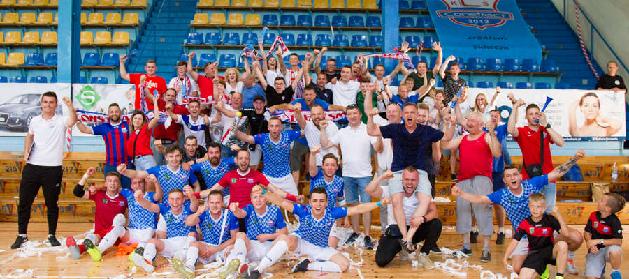 Zawodnicy KS Constract wspólnie z kibicami tuż po meczu w Szczecinie