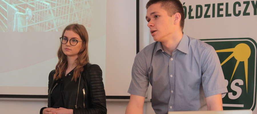 """Julia Wójtowicz i Jan Czaczkowski, uczniowie I LO w Olsztynie, prezentują swój pomysł podczas III Wojewódzkiego Konkursu Wiedzy Ekonomicznej """"Moja firma, moja przyszłość"""""""