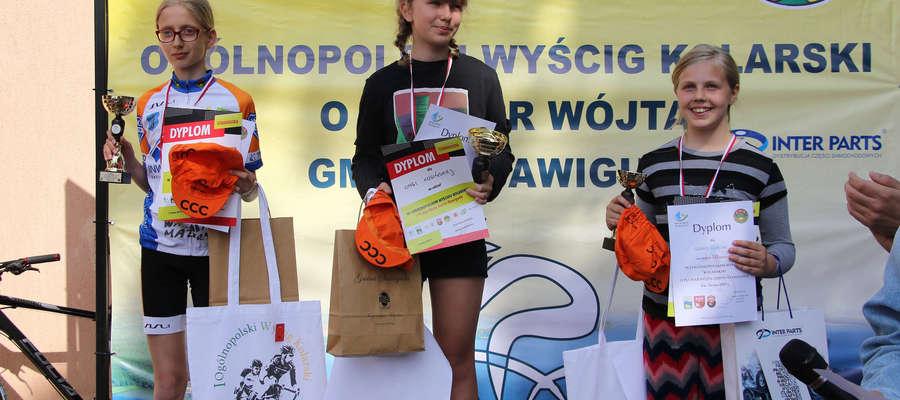 W środku Kinga Kosińska (MDK UKS Przyjaźń Bartoszyce), zwyciężczyni wyścigu żaczek podczas zawodów kolarskich w Stawigudzie