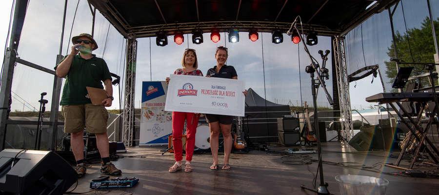 """Iwona Żochowska-Jabłońska (z lewej) i Karolina Brykner z czekiem dla Fundacji """"Przyszłość dla Dzieci"""""""