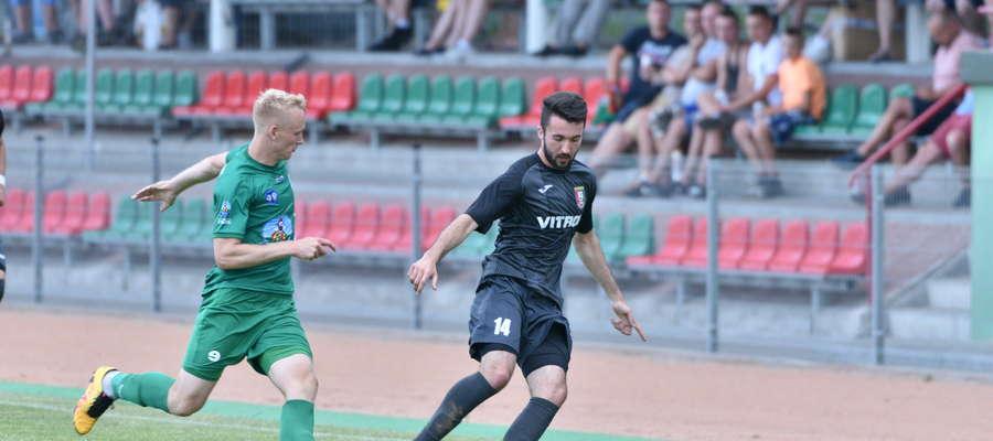 Arkadiusz Bogdaniuk (z prawej) zdobył piękną bramkę w meczu z Pelikanem, ale jego Znicz uległ zespołowi z Łowicza 2:3