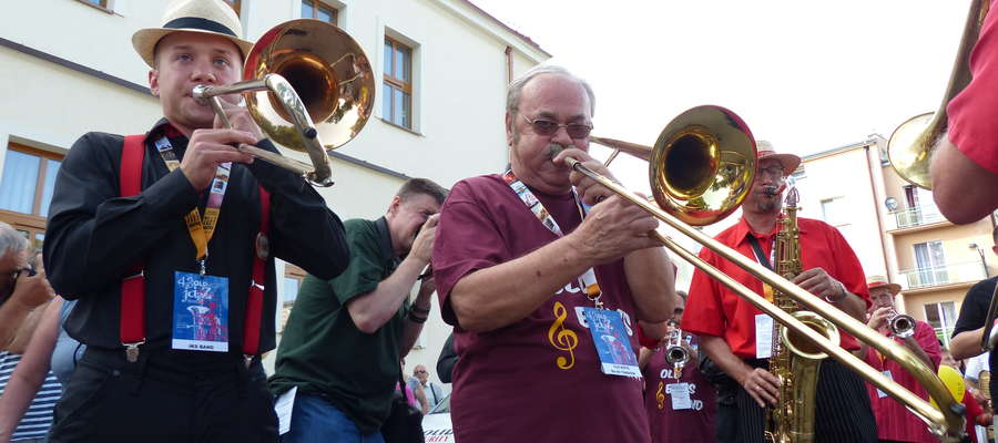 Zdjęcie ilustracyjne — parada jazzowa ulicami Iławy podczas Złotej Tarki 2013