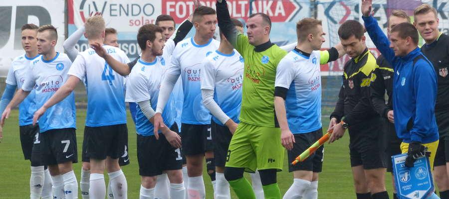 Drużyna Unii Susz przed ligowym meczem w Iławie