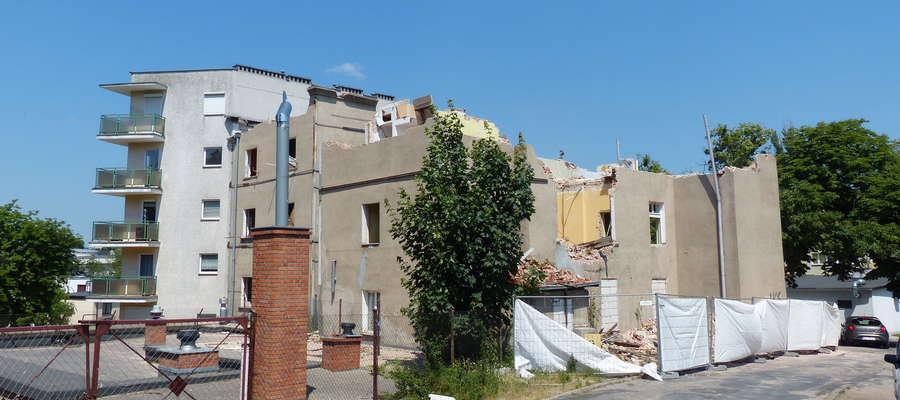 Kamienica przy ul. Królowej Jadwigi właśnie znika. Tu widok od strony osiedla, po lewej stronie blok przy ul. Sobieskiego 1, w którym mieści się nasza redakcja
