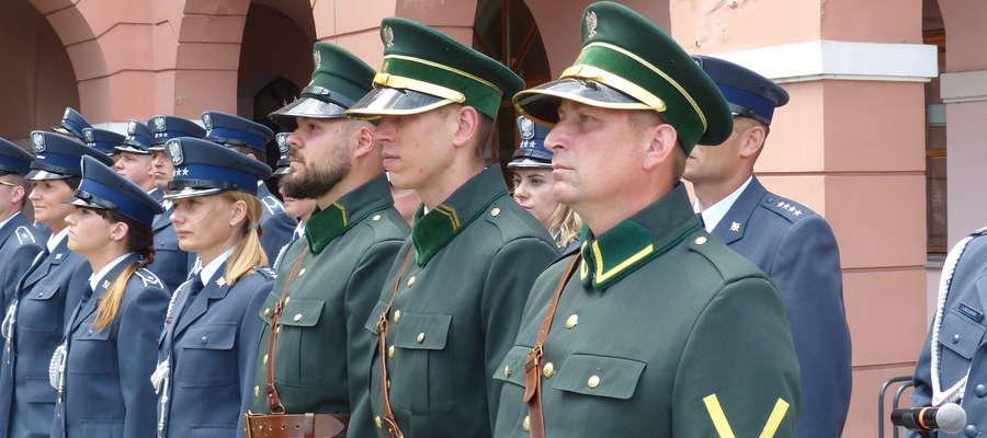 Funkcjonariusze służby więziennej z ZK Iława ubrani w historyczne (zielone), pochodzące z 1919 roku mundury, które przyjechał na uroczystość 70-lecia jednostki prosto z Centralnego Ośrodka Szkolenia Służby Więziennej w Kaliszu
