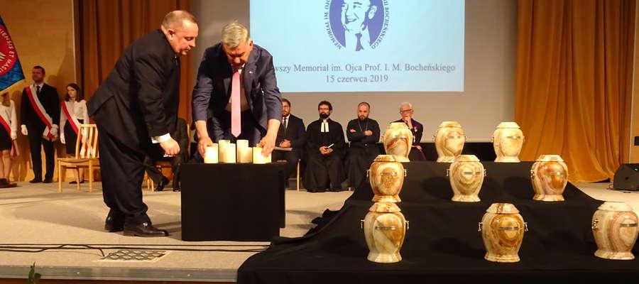 Prof. Jerzy Gielecki (z lewej) i rektor Ryszard Górecki zapalają znicze
