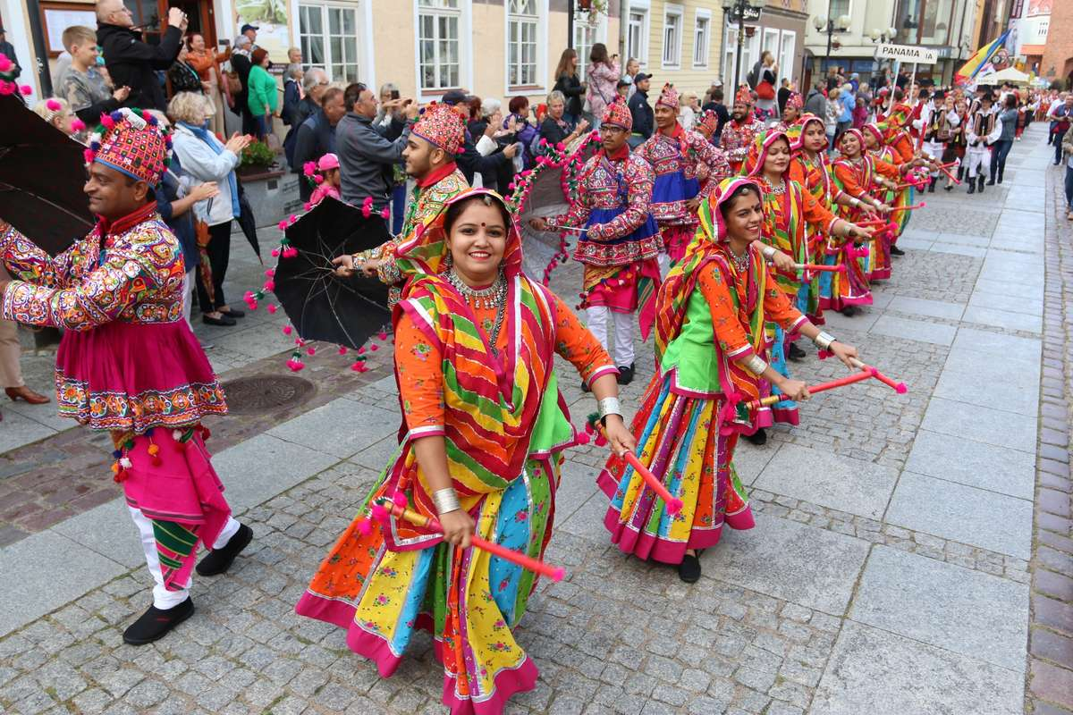 Kolorowy korowód to znak, że w Olsztynie rozpoczęły się Międzynarodowe Dni Folkloru [ZDJĘCIA, VIDEO] - full image