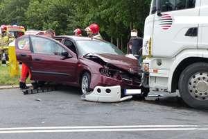 """Cztery osoby poszkodowane w wypadku na """"15"""" w Sampławie"""
