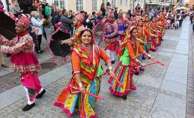 Kolorowy korowód to znak, że w Olsztynie rozpoczęły się Międzynarodowe Dni Folkloru [ZDJĘCIA]