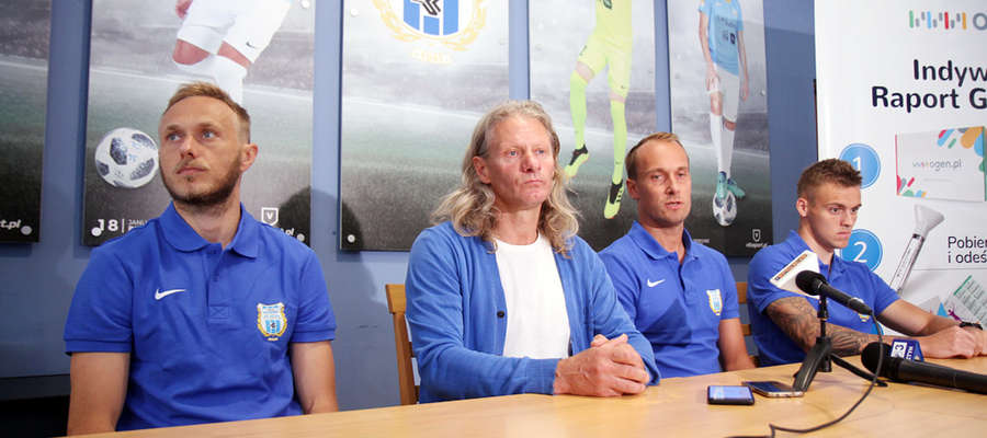 Grzegorz Lech, trener Piotr Zajączkowski, Janusz Bucholc i Artur Siemaszko na przedsezonowej konferencji prasowej