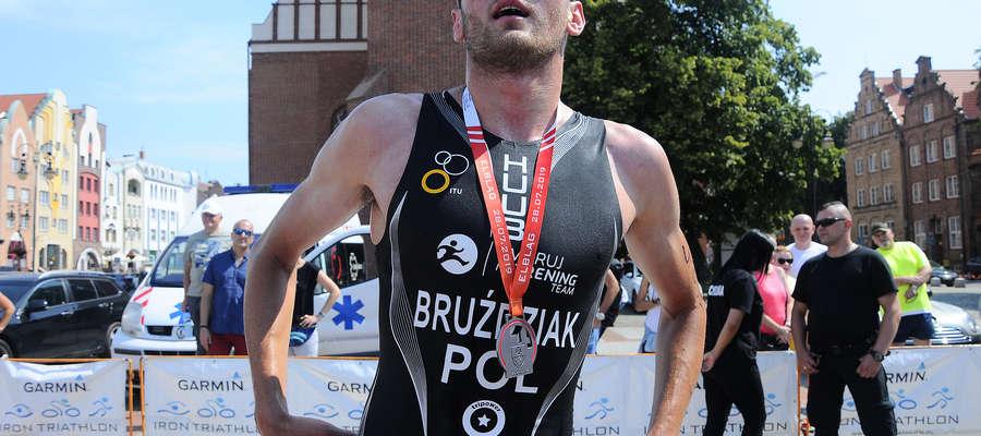Maciej Bruździak z Gdańska, jeden ze zwycięzców Garmin Iron Triathlon w Elblągu, chwilę po przekroczeniu mety na starówce