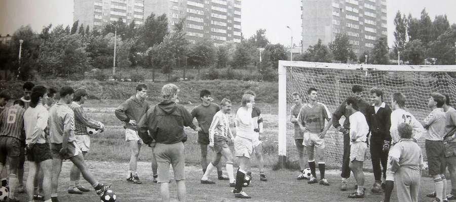 Koniec lat 80-tych, jeden z treningów Stomilu na bocznym boisku przy al. Zwycięstwa (dzisiaj Al. Piłsudskiego)