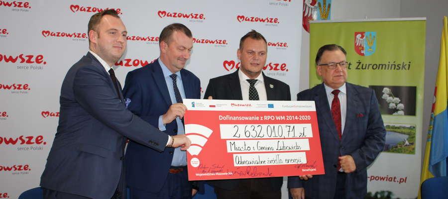 Burmistrz Lubowidza Krzysztof Ziółkowski podpisał umowę z marszałkiem. Dotacje przyznano gminie  na walkę ze smogiem i rozwój OZE