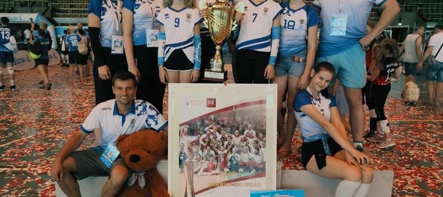 Złote zawodniczki z Lubowidza razem z trenerami
