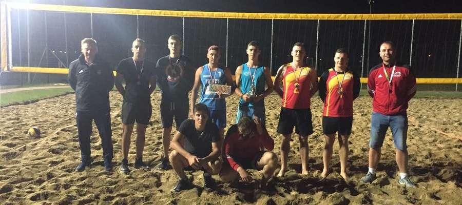 Najlepsi zawodnicy nocnego turnieju piłki plażowej
