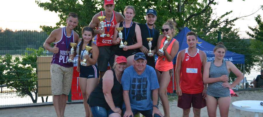 Najlepsze drużyny mistrzostw Iławy par mieszanych, wraz z organizatorami turnieju