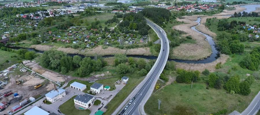 Widok z lotu ptaka na fragment rzeki Iławki, przy którym powstanie kolejny etap ścieżki pieszo-rowerowej