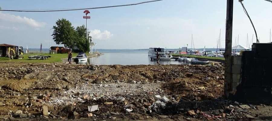 Widok na jezioro Niegocin z ulicy Nadbrzeżnej