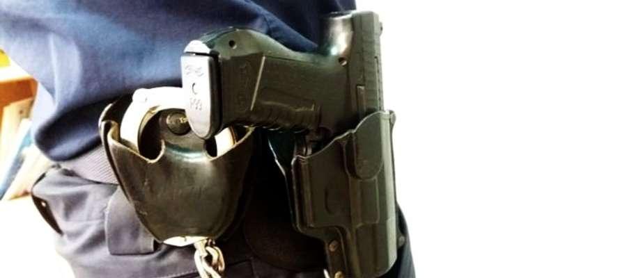Policjant przestrzelił oponę w aucie kompletnie pijanego kierowcy