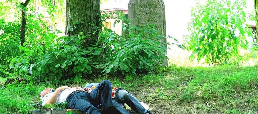 Takie widoki na cmentarzu ewangelickim w Olecku nie należą do rzadkości
