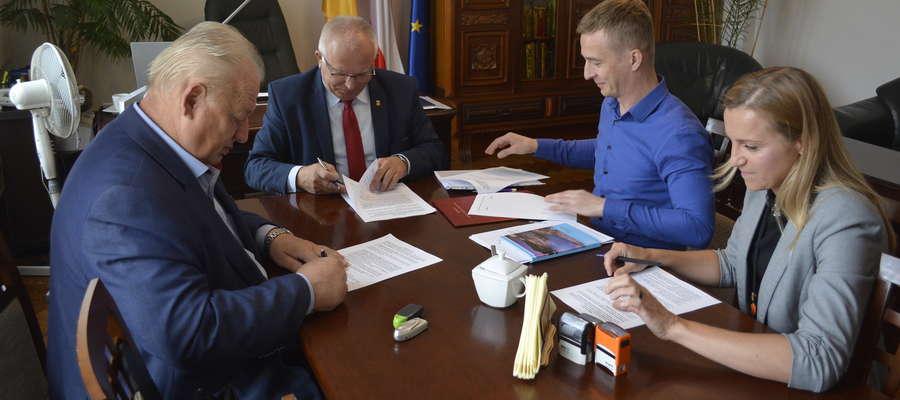 Moment podpisania umowy w Urzędzie Miejskim w Nowym Mieście
