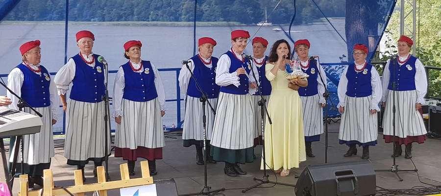 """Zespół """"Anibabki"""" na scenie w Szałkowie"""