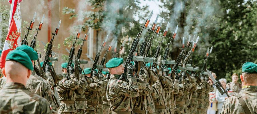Salwą honorową oddali cześć zamordowanym w Katyniu
