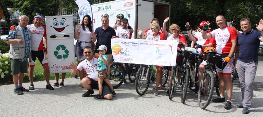 Uczestnicy akcji Cycling Recycling z burmistrzami Giżycka Wojciechem Iwaszkiewiczem i zastępcą Cezarym Piórkowskim