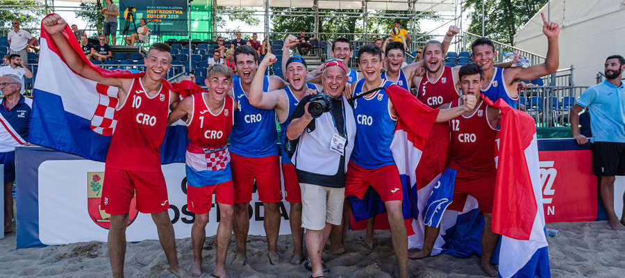 Marek Kojro w towarzystwie Chorwatów, mistrzów Europy w plażowej piłce ręcznej