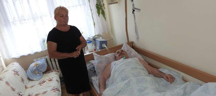 Barbara Wójcik opiekuje się swym ciężko chorym mężem. Pan Bogdan na stale podłączony jest do respiratora. Urządzenie już raz zostało zalane wodą z cieknącego dachu o remont którego nie można się doprosić.