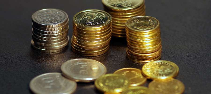 Moneta o nominale 1 grosza waży 1,64 grama i wykonana jest z mosiądzu manganowego