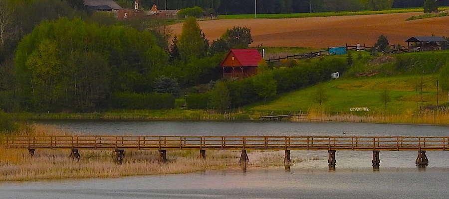 Malownicze tereny Radomna z mostem przez jezioro