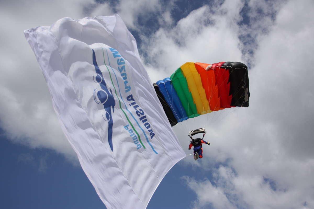 Pokazy otworzyli skoczkowie spadochronowi, którzy wylądowali na plaży miejskiej w Giżycku - full image