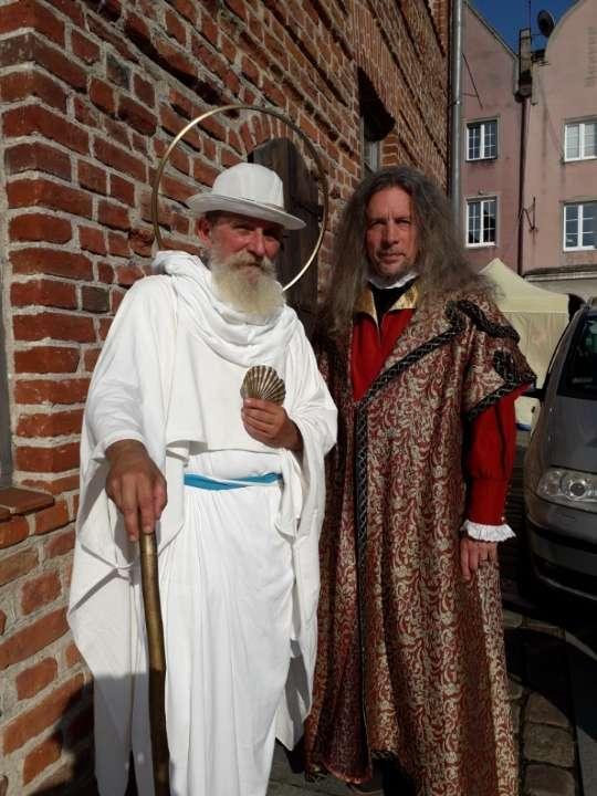 Patron Olsztyna św. Jakub oraz Zarządca Dóbr Kapituły Warmińskiej Mikołaj Kopernik pozdrawiają spod gotyckiej części starego, olsztyńskiego ratusza