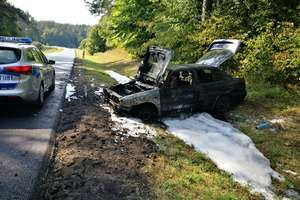Auto wpadło do rowu i zapaliło się. W pojeździe znajdowała się kierująca oraz jej córki