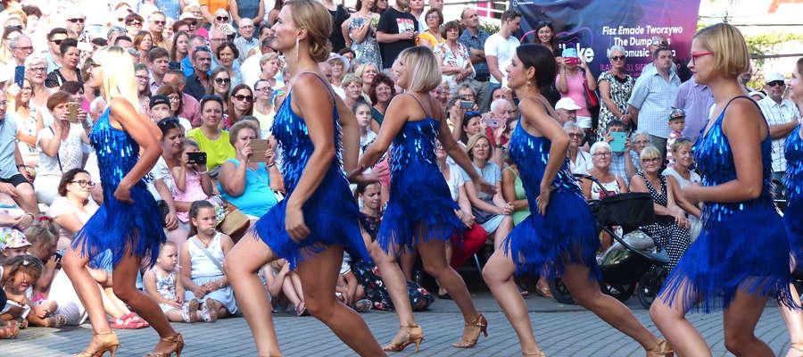 """Niesamowity pokaz dały tamburmajorki oraz tancerki. Największe wrażenie zrobiła grupa """"mamusiek"""" — minęło kilkanaście lat od ostatniego występu, ale ich forma wciąż jest imponująca!"""