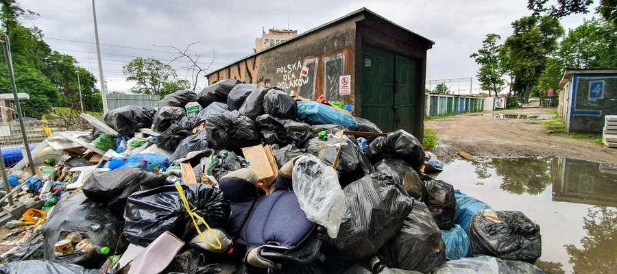 Śmieci zalegają od kilku tygodni i wciąż pojawiają się nowe worki