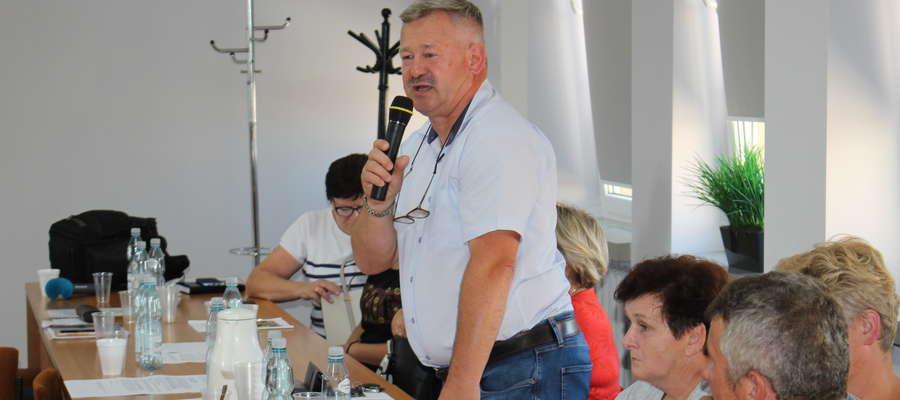 Marek Markowski poinformował podczas sesji, że jest gotów dołożyć cement i piasek, by w końcu rzeźby stanęły na postumentach we właściwym miejscu