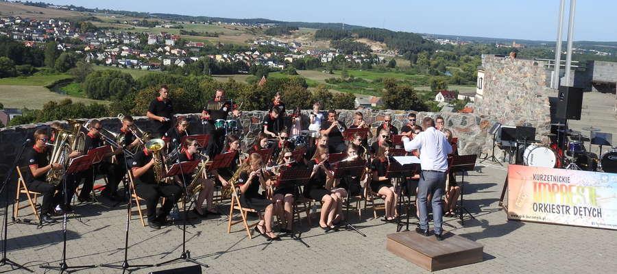 Występ Młodzieżowej Orkiestry Dętej z Kurzętnika pod batutą Mariusza Brzezickiego
