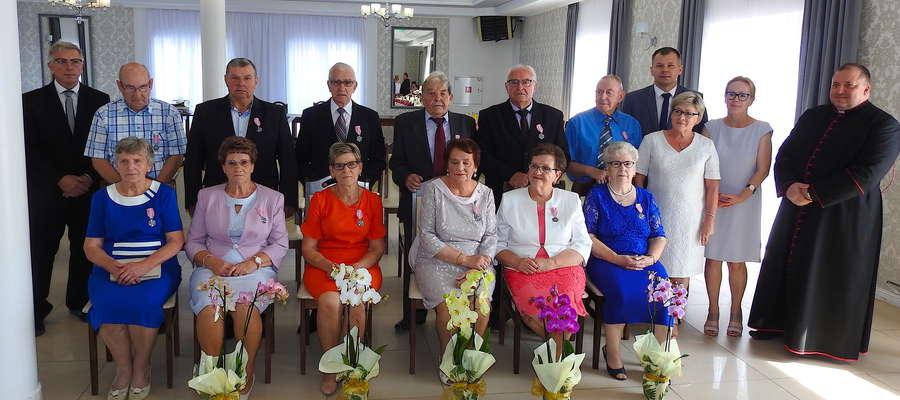 Złote pary z gminy Grodziczno po wręczeniu medali