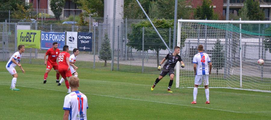 Tak padł gol na 0:1 w meczu Sokół II - Kormoran po strzale głową Wojciecha Felki