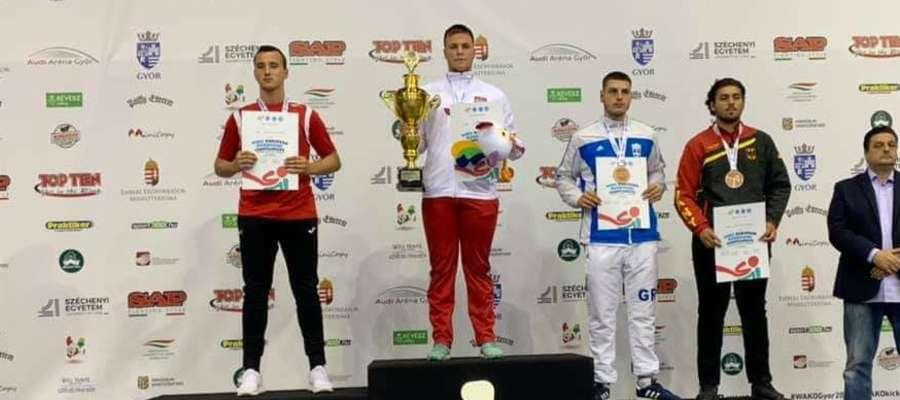 Mistrz Europy Marcin Dolecki (drugi z lewej) na podium w Győr