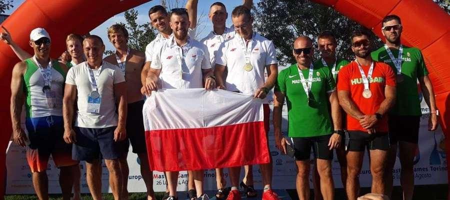 Michał Zwoliński na najwyższym stopniu podium w Turynie (z lewej)