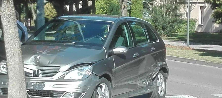 Zderzenie na skrzyżowaniu, samochody uszkodzone, skończyło się na mandacie