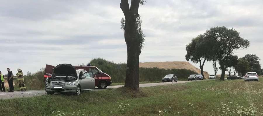 Dwa auta osobowe zderzyły się na drodze pod Dąbrównem