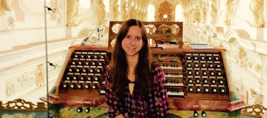 Magdalena przy barokowych, południowoniemieckich organach Gablera w klasztorze w Ochsenhausen w Szwabii.