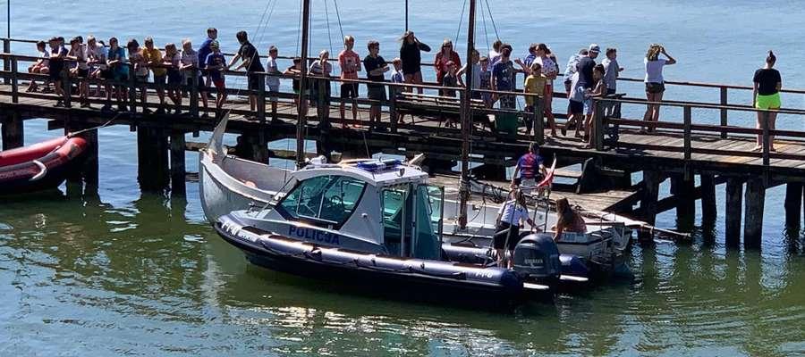 Uczestnicy spotkania mieli okazję obejrzeć łódź policyjną